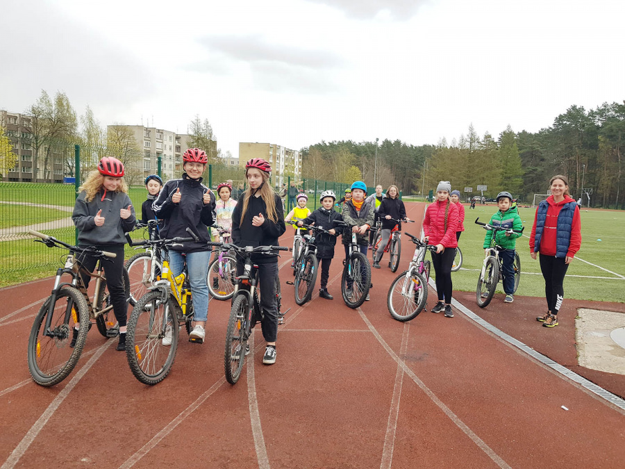 Jaunieji sportininkai pirmoje dviračių treniruotėje šventės metu.  Autorės nuotr.