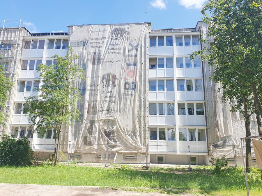 Dėl užsitęsusios renovacijos gyventojai vasarą pasitiko uždengtais langais.  Skaistės Vasiliauskaitės-Dančenkovienės nuotr.