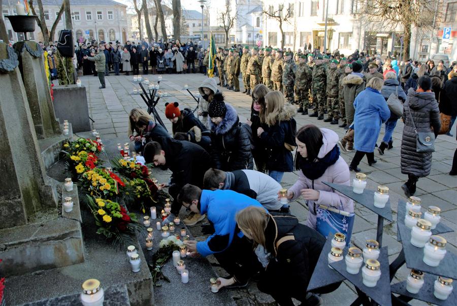 Moksleiviai deda žvakutes prie Laisvės paminklo. Gedimino Nemunaičio nuotr.