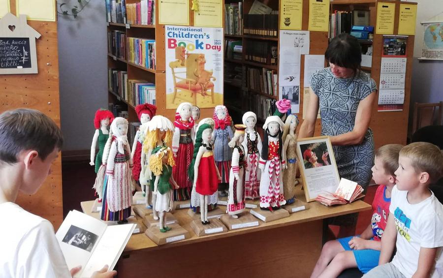 Laičių bibliotekoje drauge – ir skaitytojai, ir lėlytės. Autorės nuotr.