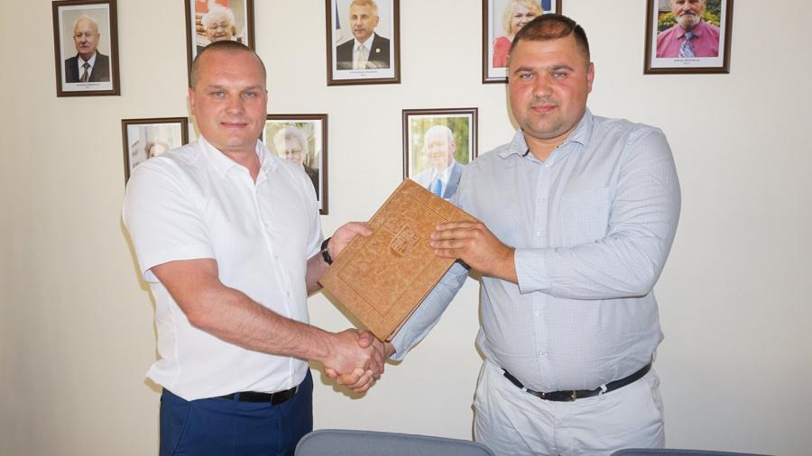 """Rangos darbų pirkimo sutartį pasirašė savivaldybės administracijos direktorius Darius Varnas ir UAB """"Doresta"""" direktorius Donatas Masiokas."""