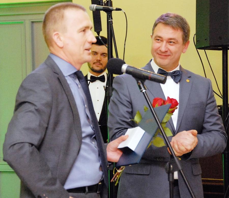 """V. Petronis (dešinėje) verslo partneriams įteikė atminimo medalius. Kairėje – UAB """"Baltukmės statyba"""" direktorius A. Pelakauskas. Gedimino Nemunaičio nuotr."""