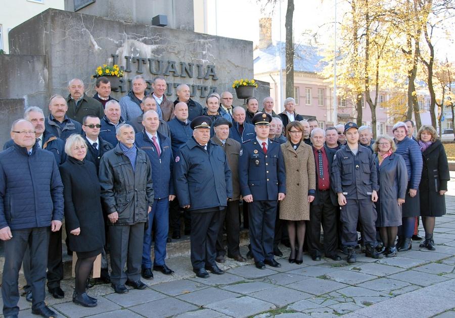 Ugniagesiai ir jubiliejaus svečiai prie Laisvės paminklo. Gedimino Nemunaičio nuotr.