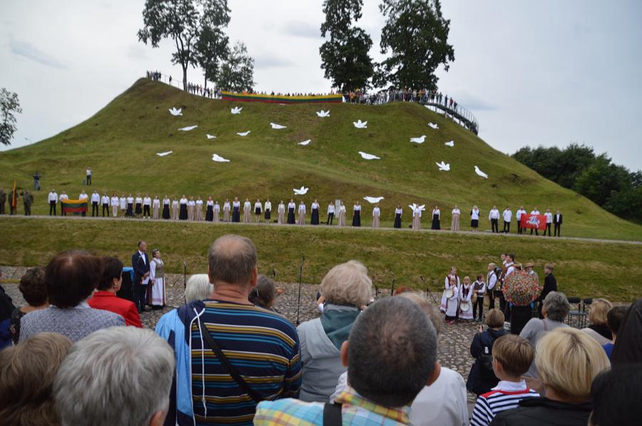 Ukmergiškiai susirinko giedoti himno ant piliakalnio.  Autoriaus nuotr.