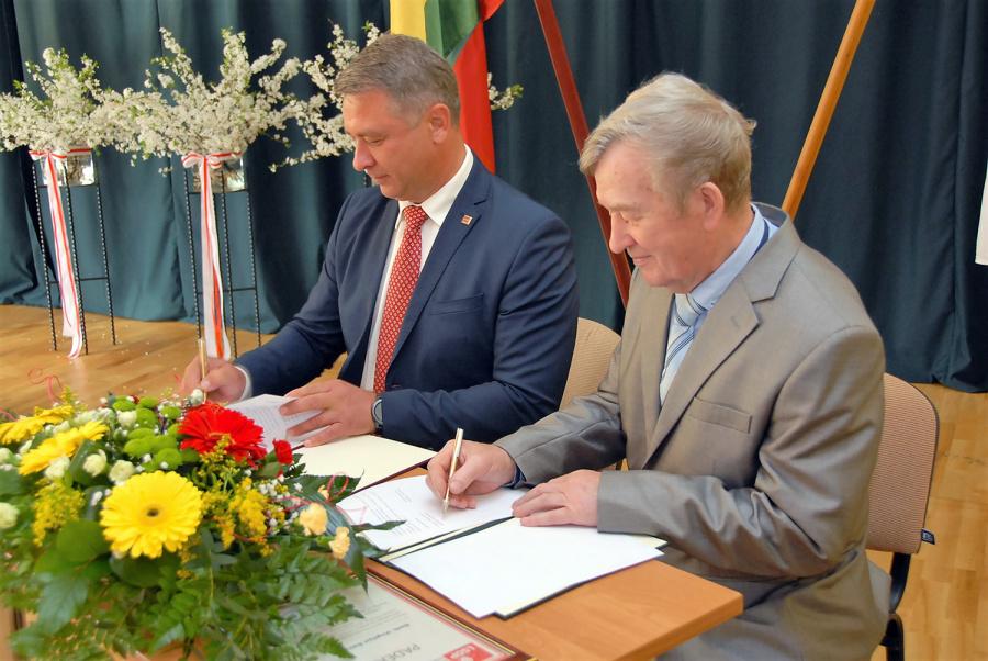 Bendradarbiavimo susitarimą pasirašė rajono profesinių sąjungų bendrijos pirmininkas Vincentas Banikonis ir Lietuvos socialdemokratų partijos Ukmergės skyriaus pirmininkas Valdas Petronis.