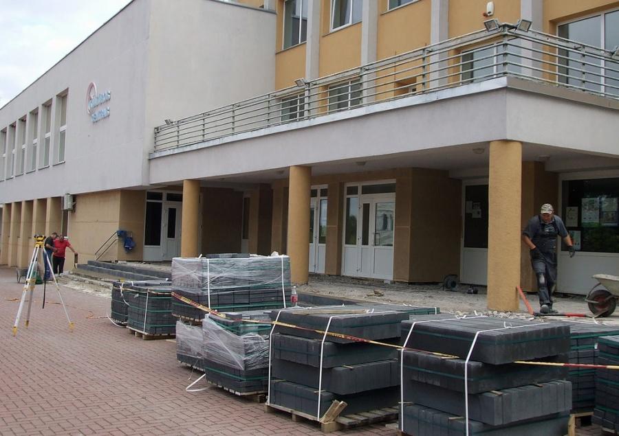 Atliekant salės renovaciją, vasarą buvo tvarkomi ir pastato laiptai, kuriuos anksčiau tvarkiusi įmonė paliko broką. Autorės nuotr.