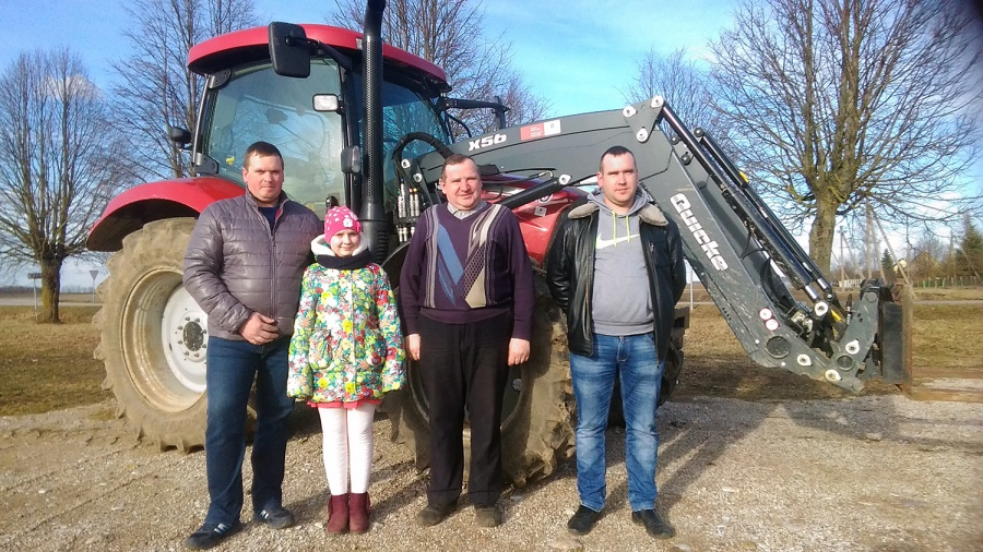 Ūkininkai Stringiai pasiruošę pavasarinei sėjai – Algimantas Stringis su sūnumis Raimundu ir Regimantu bei anūke Auguste.