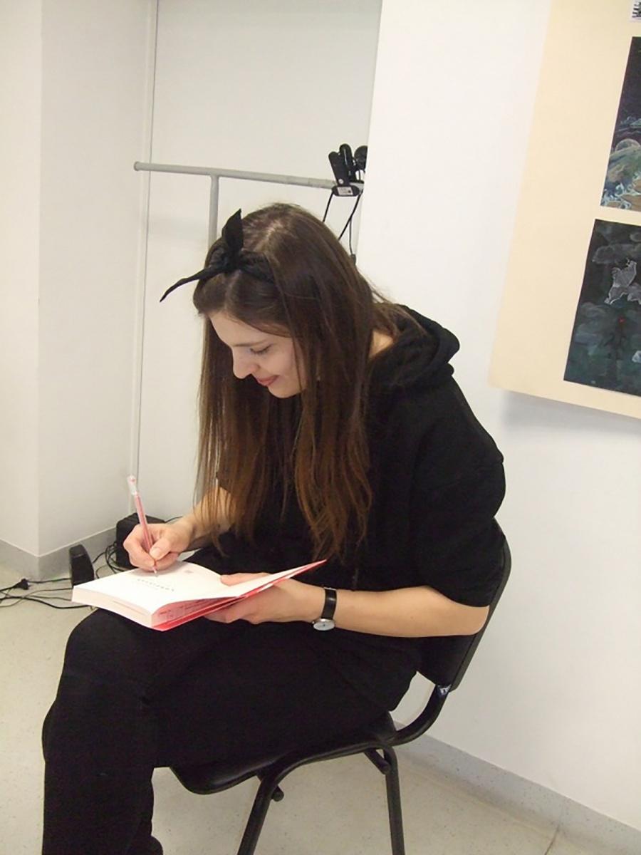Autorės nuotr. Autografus dalijo rašytoja, dailininkė, grafikos dizainerė Kotryna Zylė.