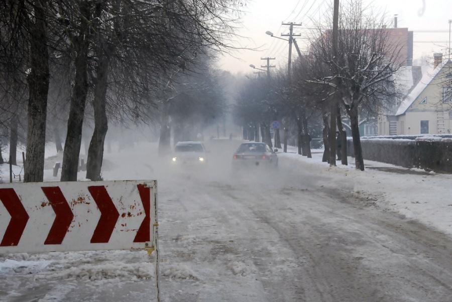 Vasario 16-osios gatvėje didelės balos dažnai telkšodavo ir žiemą. Gedimino Nemunaičio nuotr.