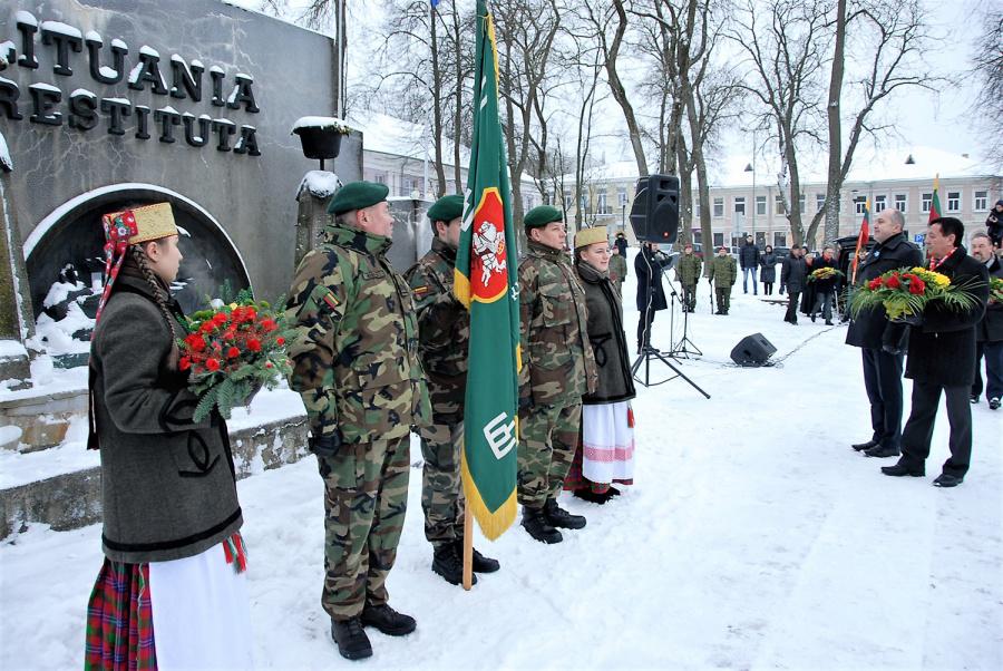 """Iškilmingas minėjimas miesto centre prie """"Lituania Restituta"""" paminklo. Gedimino Nemunaičio nuotr."""