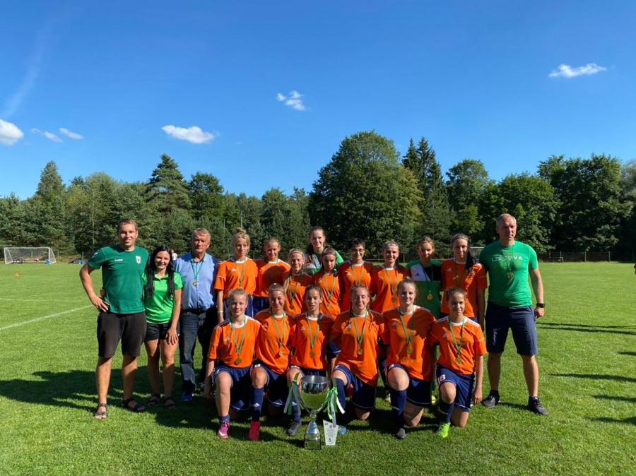 I vietą iškovojo Ukmergės SC futbolo komandos merginos.