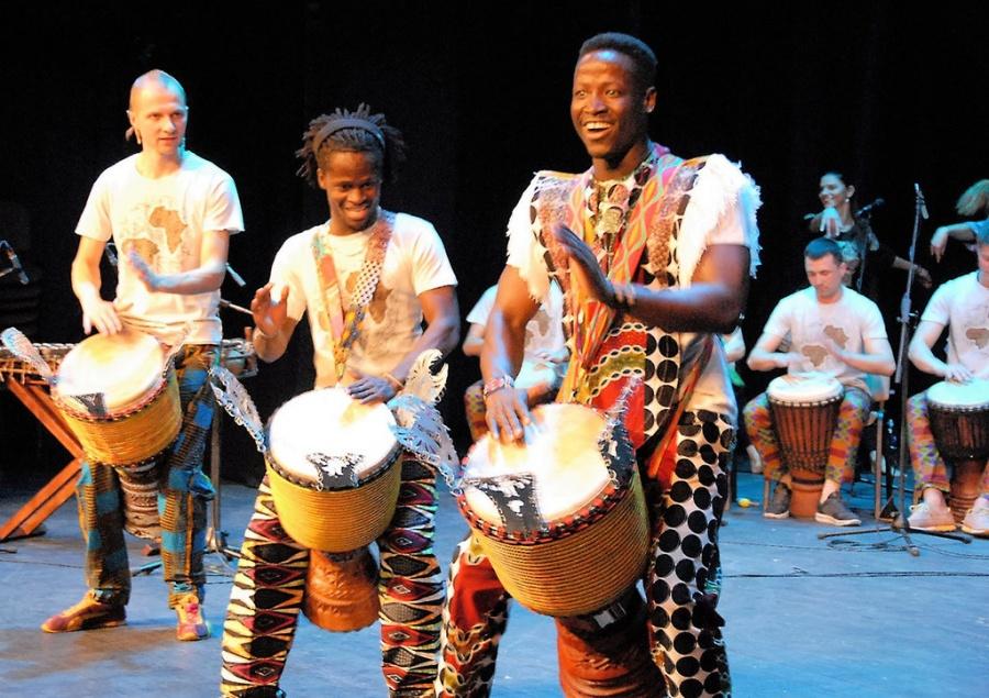 Svečių iš Gvinėjos šypsenos švietė visą pasirodymą. Gedimino Nemunaičio nuotr.