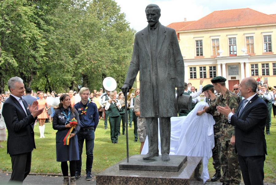 Paminklą A. Smetonai atidengė šalies prezidentas Gitanas Nausėda ir Ukmergės r. savivaldybės meras Rolandas Janickas. G.Nemunaičio nuotr.