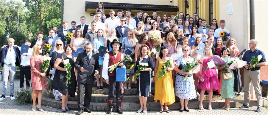 Jono Basanavičiaus gimnazijos šventė vyko mokyklos kieme.  Jono Basanavičiaus gimnazijos nuotr.