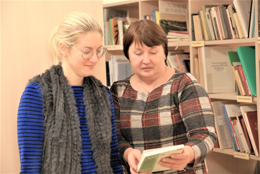 Gedimino Nemunaičio nuotr. Vlado Šlaito viešosios bibliotekos Bibliografijos-kraštotyros skyriaus vedėja Sigita Astikienė ir direktorės pavaduotoja Virginija Tylienė.