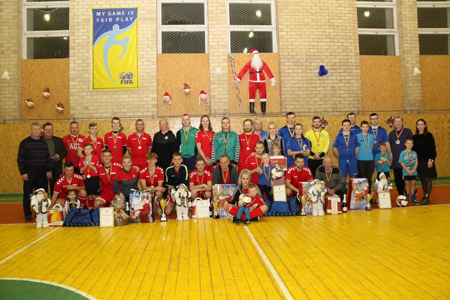 Kalėdinio šeimų turnyro dalyviai.
