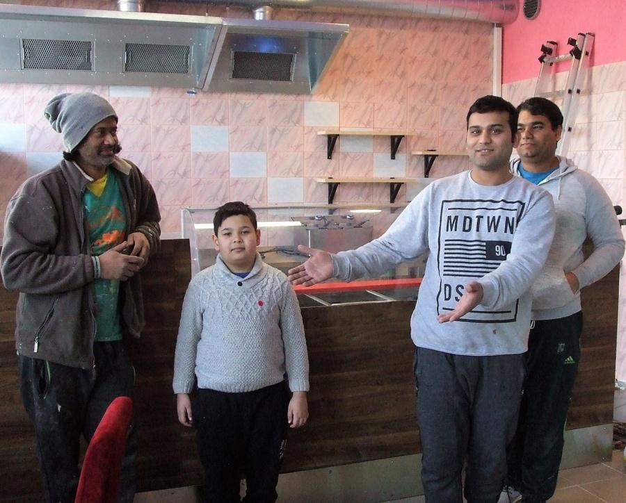 """""""Kol kas kalam, dažom ir tvarkom, bet netrukus pakviesim čia ukmergiškius gardžių indiškų patiekalų"""", – sako kavinėje dirbantis Syed Aliahmad Muzaffar (antras iš dešinės). Autorės nuotr."""