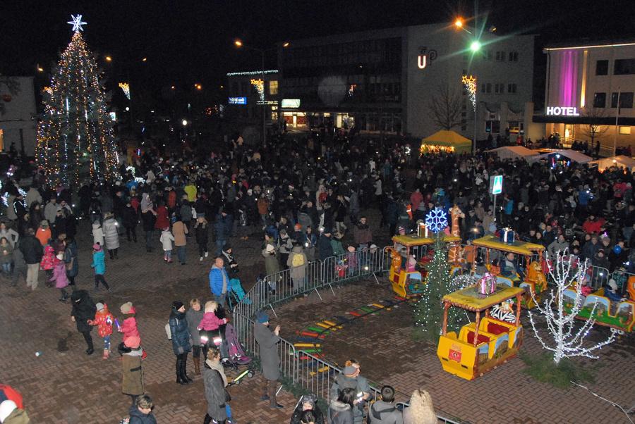 Į Kalėdų eglutės įžiebimo šventę susirinko gausus būrys ukmergiškių. Gedimino Nemunaičio nuotr.