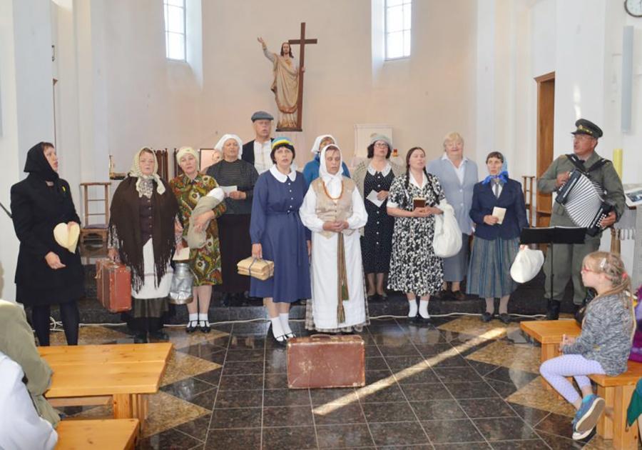 Literatūrinė kompozicija rodyta bažnyčioje. Autoriaus nuotr.