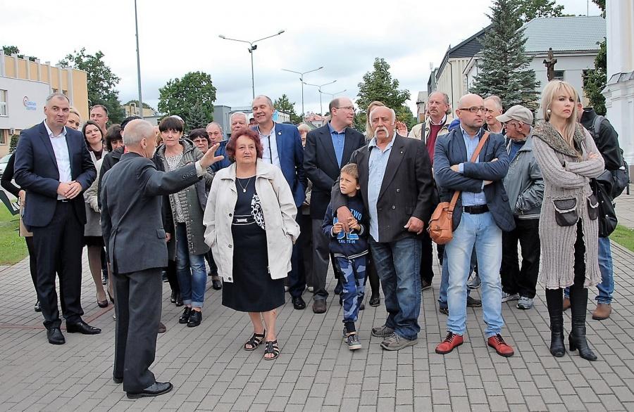 Muziejininkas R. Ramanauskas ekskursijos dalyviams papasakojo Ukmergės žydų istoriją. Gedimino Nemunaičio nuotr.