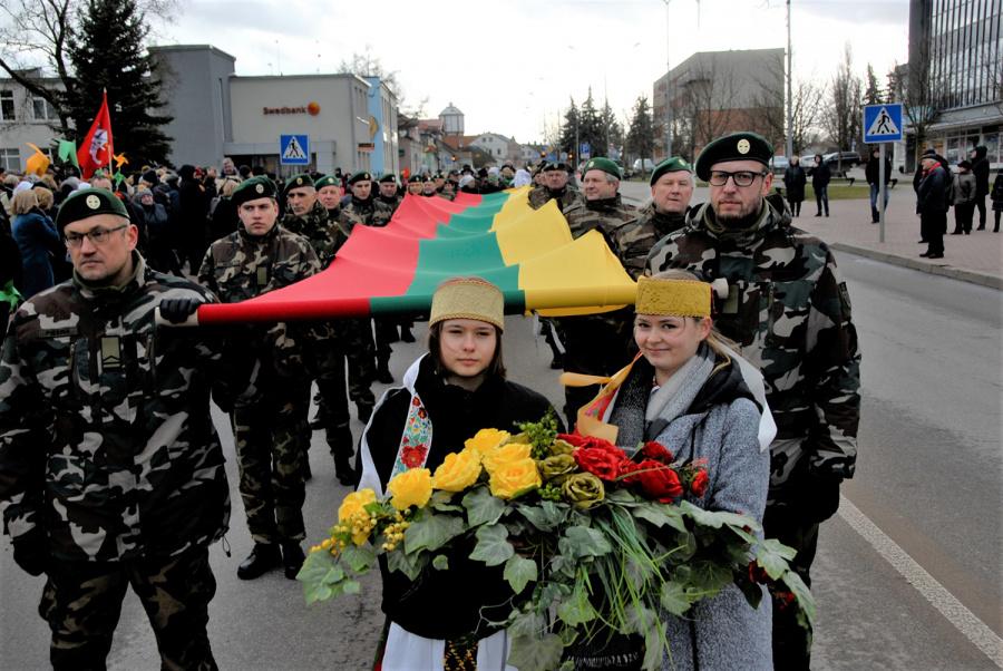 Gedimino Nemunaičio nuotr. Iki Laisvės paminklo nešta didžiulė vėliava.