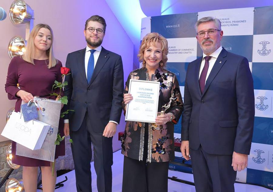 Ukmergės rajono vartotojų kooperatyvo direktorė Angelė Andrikonienė (antra iš dešinės) atsiėmė apdovanojimą. Alekso Jauniaus nuotr.