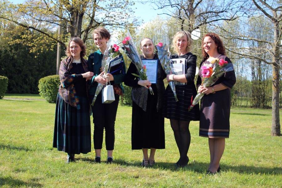 Iš kairės – etnomuzikologė dr. D. Vaicenavičienė, jaunoji poetė G. Taraškevičiūtė, diplomantės L. Bučelytė, D. Petkevičienė ir J. Norvaišienė.