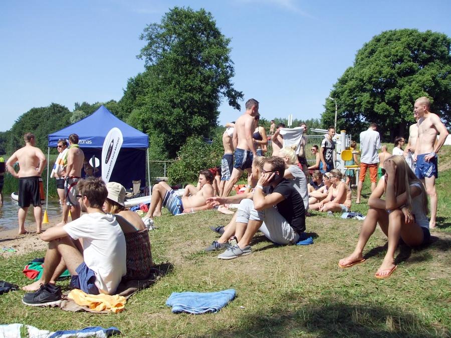 Vieni jaunuoliai vasarą renkasi darbą, kiti – poilsį ir pramogas. Autorės nuotr.