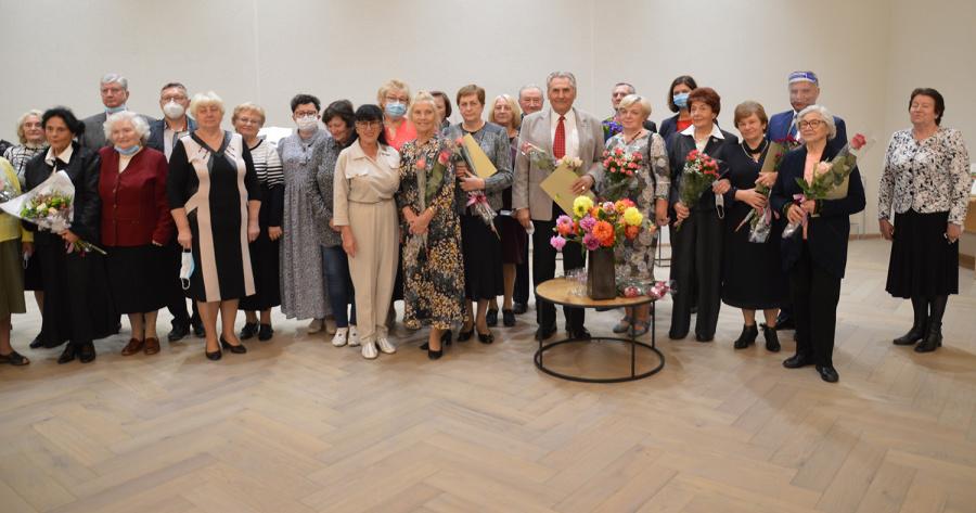 Į minėjimą pakviesti senjorų kolektyvų vadovai ir padėkos raštais apdovanoti senjorai.
