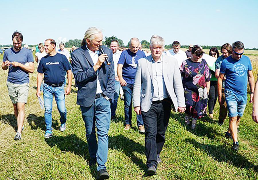 Būrys ūkininkų praktikos patarimų klausėsi Ukmergės rajone Valentino Genio surengtose Lauko dienose.