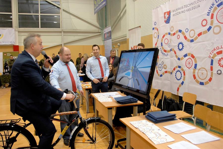 Šalies universitetai ir kolegijos kasmet prisistato Ukmergės technologijų ir verslo mokykloje organizuojamame renginyje būsimiems studentams. Gedimino Nemunaičio nuotr.
