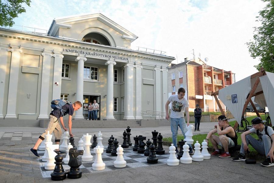 Muziejaus kieme galima buvo sužaisti ir šachmatų partiją.