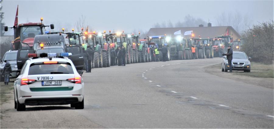 Ukmergės miesto gatvėmis riedėjo šimto traktorių kolona.