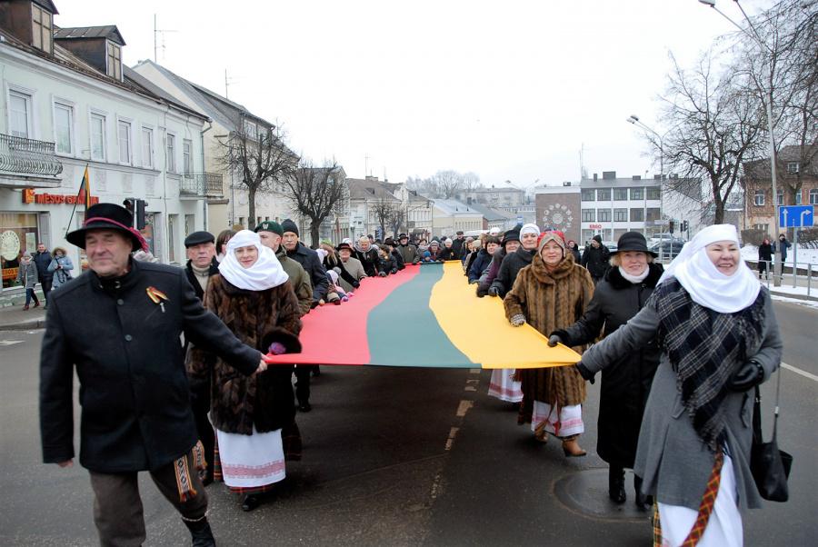 Per miestą žygiavusios eisenos dalyviai nešė didžiulę Trispalvę. Gedimino Nemunaičio nuotr.
