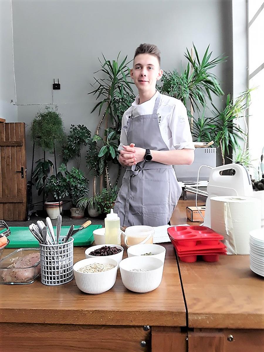 """,,Roko virtuvės"""" šefas Rokas Galvonas supažindino su įvairių patiekalų gamyba."""