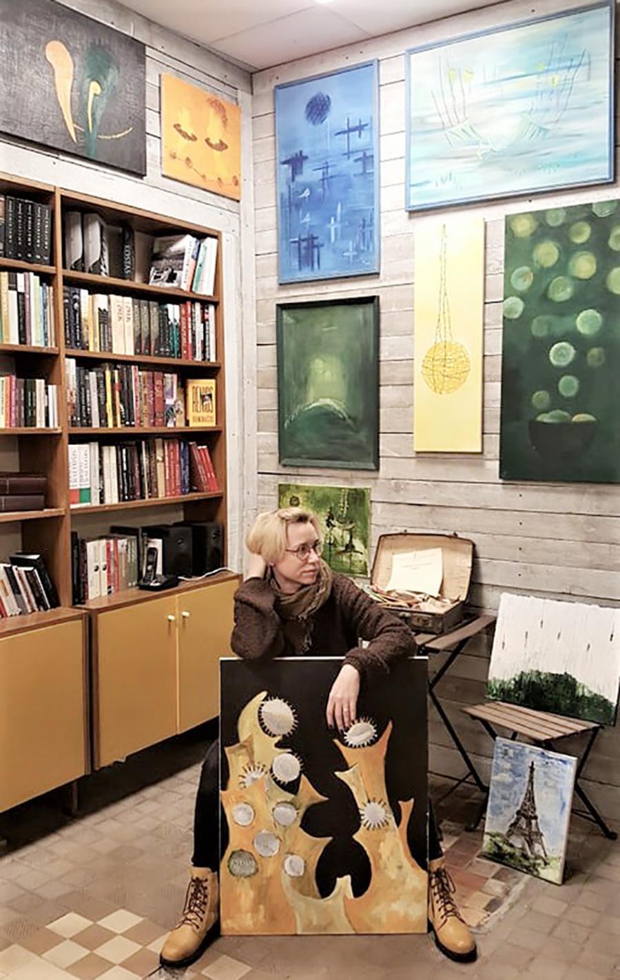 Knygyno erdves papuošė K. Pažūsienės paveikslai.  Asmeninio archyvo nuotr.