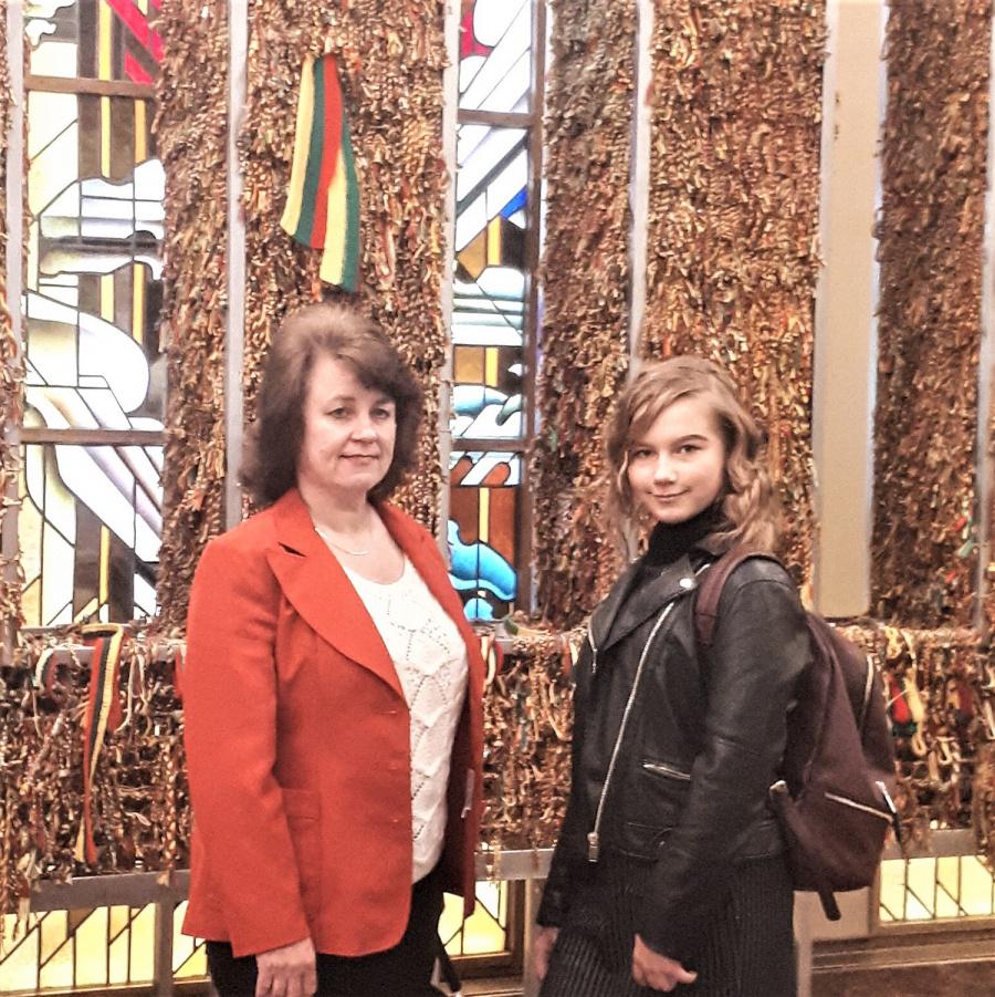 Eigilė Lipinskaitė kartu su muzikos mokytoja Neringa Valinskiene.