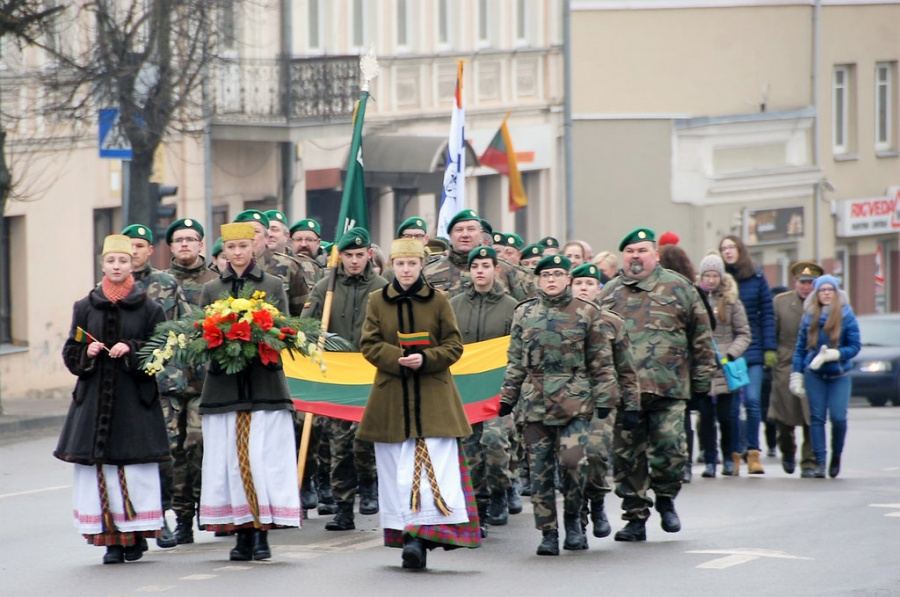 Iškilmingai nešama valstybės vėliava. Gedimino Nemunaičio nuotr.
